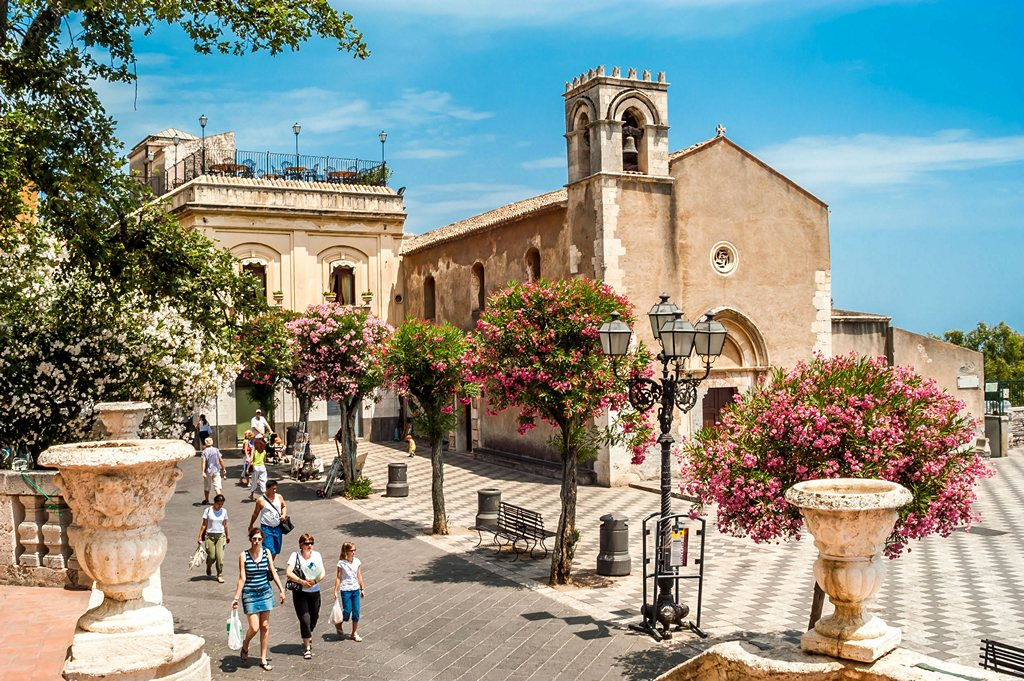 Walking-in-Taormina-duomo-square